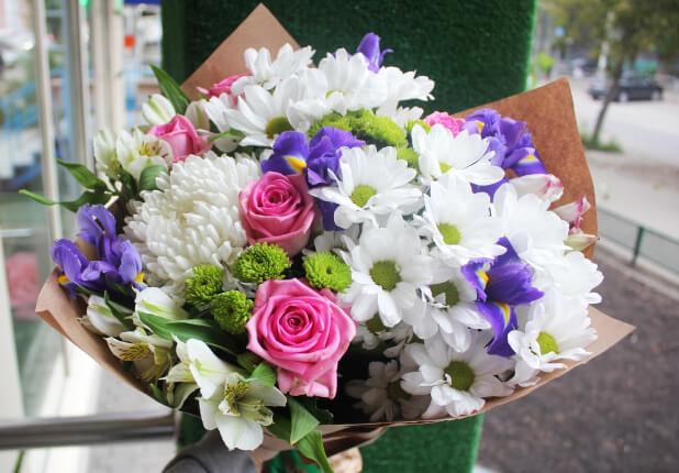 Дизайнерский букет из роз и хризантем, купить цветы в ростове на-дону